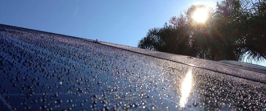¿Funcionan los paneles solares con lluvia?